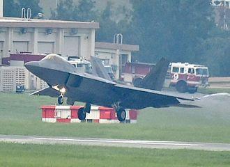 米本国から度々飛来する、ステルス性に優れたF22戦闘機=2018年6月