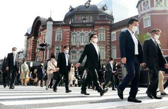 JR東京駅前を歩くマスク姿の人たち=12日午前