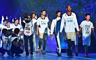 Bリーグ開幕戦で入場するキングスの選手=2016年9月22日、東京・代々木第1体育館