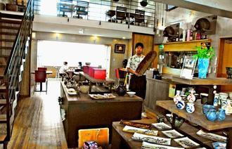 広々とした空間に陶眞窯の作品が並ぶ店内=17日午後、読谷村座喜味・「やちむん&カフェ群青」