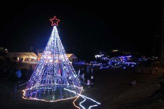 クリスマスムードを盛り上げるイルミネーション=宮古島市・カママ嶺公園