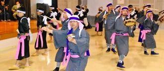 締太鼓のほかソーグ(証鼓)も使い、男性だけで踊る石川エンサー=30日、うるま市勝連のシビックセンター