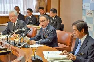 記者会見で質問に答える玉城デニ―知事(中央)と県幹部ら=14日、県庁