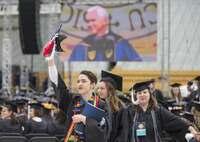 米副大統領の演説ボイコット 名門大卒業生が政権に抗議した理由