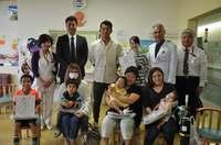 阪神・鳥谷選手と元プロ野球選手の比嘉寿光さん 入院中の子どもたちと交流