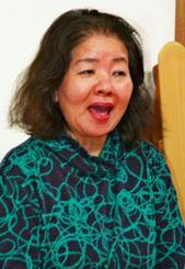 園児にしまくとぅばを教える平良須賀子さん。「しまくとぅばを教えることが私の使命」と語る=日、沖縄市越来