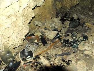 何者かによって遺品が壊されたチビチリガマの内部=12日午後0時40分すぎ、読谷村波平・チビチリガマ
