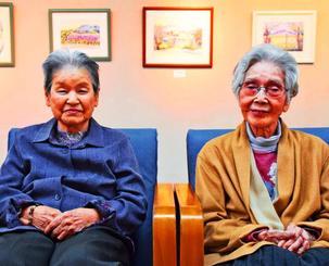 絵画展を開いた宮城シズさん(右)、具志堅練子さん=8日、名護博物館ギャラリー