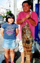 クイシで98.5センチ、12キロのアーラミーバイを釣った濱元盛志さん=19日