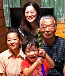リカルドさんと父・宗五郎さんがいとこにあたる仲地宗和さん(右)ら家族=本部町(仲地さん提供)