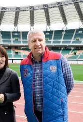 静岡スタジアムを視察するラグビー・ロシア代表のリン・ジョーンズ監督=10日