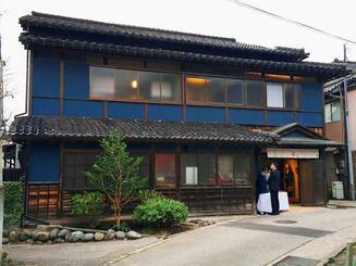沖縄ツーリストがオープンした宿泊施設「ベッドアンドクラフト『巴』」=富山県南砺市(沖縄ツーリスト提供)