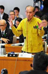 百条委員会で質問に答える仲井真弘多知事=2月21日、県議会