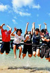 「正月暑~い!」。波打ち際で歓声を上げる中学生=2日午後1時すぎ、那覇市・波の上ビーチ(渡辺奈々撮影)