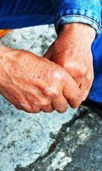 姉の暴行被害を語る男性は両手を固く握った