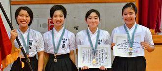 団体優勝の西原東A。瀬長(左端)と喜久山彩恵(右から2人目)は演技も制した