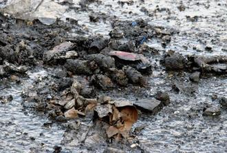 リサイクル工場の火災現場に散乱した固形燃料