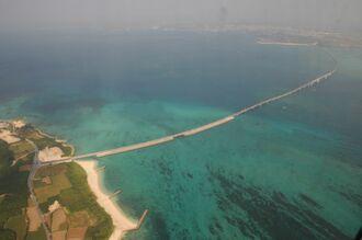 (資料写真)伊良部島(左)から宮古島に延びる伊良部大橋