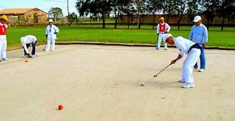 ゲートボールを楽しむ参加者たち=オキナワ第1移住地の総合スポーツ公園