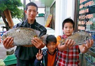 西崎漁港で44センチのカーエーなどを釣った大城勇希、勇斗、勇利君(左から)=5月5日