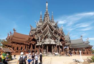 1981年の着工からいまだに建築が続く寺院「サンクチュアリー・オブ・トゥルース」=タイ・パタヤ