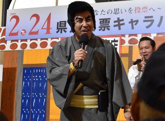 「県民投票キャラバン」で歌う護得久栄昇さん=3日、西原町