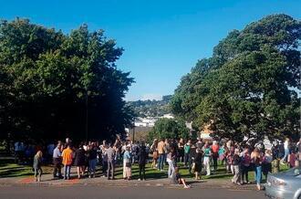 津波警報が出され、高台に避難する人々=5日、ニュージーランド北島ファンガレイ(ニュージーランド・ヘラルド提供、AP=共同)