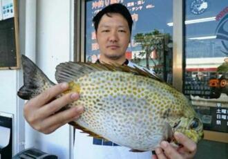 西崎海岸で40.5センチ1.58キロのカーエーを釣った森江真吾さん=3日