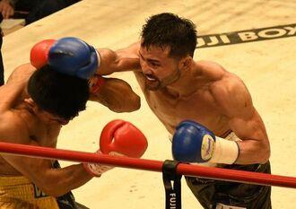 4回、ブエナオブラを右ストレートで攻める比嘉大吾(右)=東京・後楽園ホール(磯野直撮影)