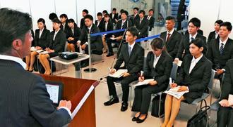 各企業の人事担当者の話に聞き入る学生=宜野湾市・沖縄コンベンションセンター