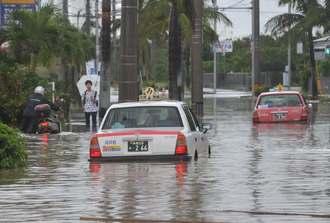 冠水した道路で車両が立ち往生するなど、各地で渋滞が発生した=26日午前9時50分ごろ、石垣市真栄里