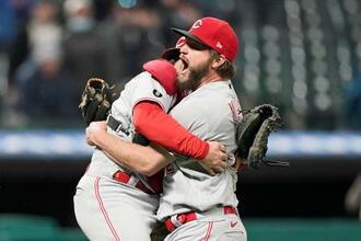 インディアンス戦で無安打無得点試合を達成し、捕手のバーンハート(左)と抱き合って喜ぶレッズのマイリー投手=7日、クリーブランド(AP=共同)