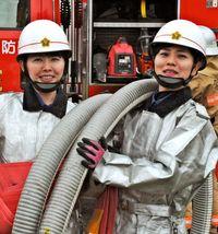 [ひと粋]/前原麻紀乃さん(25)=右/島袋陽子さん(34)/久米島の女性消防団員/きびきびと放水訓練
