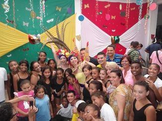 【2014年、宮城姉妹として、那覇市の姉妹都市「サンビセンテ市」で子どもたちと交流LIVEをした時の写真】