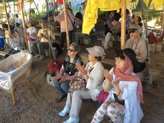 新基地建設に抗議する市民ら=1日午前11時半、名護市辺野古・キャンプシュワブ新ゲート前