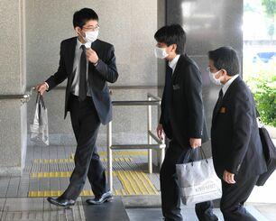 判決を前に法廷へ向かう県側関係者=27日午後、那覇地裁前