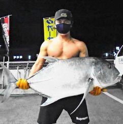 東海岸で121・5センチ、26・4キロのガーラを釣ったチェ・ウヨンさん=4月27日