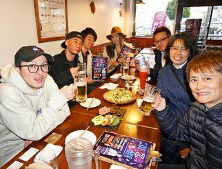 「コザナイトで楽しく飲み歩いて」とPRするDA PUMPのISSAさん(手前左)ら=19日、沖縄市諸見里の琉球CHOP