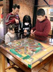 監獄史料館を見学する親子連れ=23日、奈良市