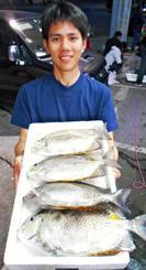 知念海岸で37.5センチ、1キロのカーエーを釣った上原大智さん=24日