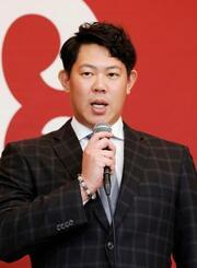 記者会見で米大リーグ挑戦を表明する巨人の山口俊投手=18日午後、東京都内のホテル