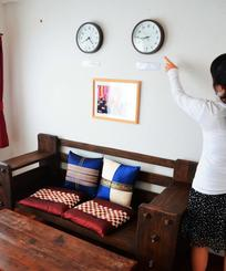 女性が民泊を運営していた部屋。日本時間と宿泊客の国の時間に合わせた時計を並べ、「旅の気分が出る」と好評だったという=那覇市