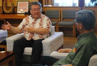 伊計島に開校する「N高等学校」について説明する荒木隆司社長(左)=19日、県庁