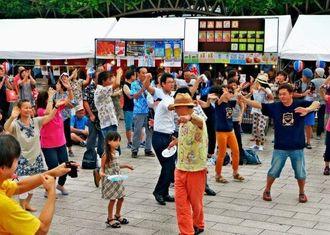 カチャーシーを踊り盛り上がる参加者ら=5日、神奈川県横須賀市・市役所前公園広場