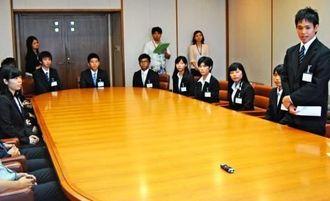 琉球大地域枠の学生を代表して、決意を述べる波平郁実さん(右端)ら=18日午後、県庁