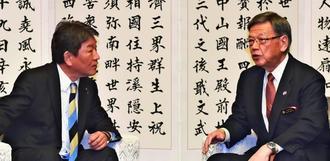 自民党の茂木敏充政調会長(左)と言葉を交わす翁長雄志知事=9日午後、沖縄県庁