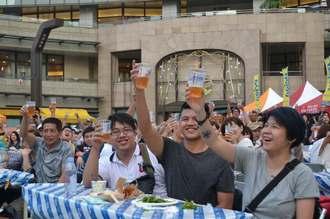 会場全体で乾杯し、盛り上がったオリオンビアフェストin台北=15日、台北市