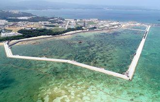 新基地建設が進むキャンプ・シュワブ沿岸。海域を護岸で囲む工事などが着々と進んでいる=2018年8月10日、名護市辺野古の米軍キャンプ・シュワブ沿岸(小型無人機で撮影)