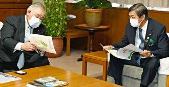 謝花喜一郎副知事に展示する首里城公園の概要を説明する東武ワールドスクウェアの宮原弘社長(左)=9日、県庁