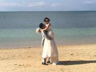 (資料写真)海の見える式場で挙式したカップル